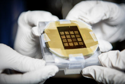 The device fabricated by the UA researchers can be on both flexible substrate and silicon