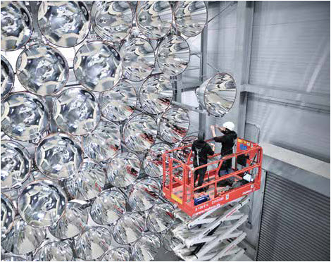 Technicians from the DLR Institute for Solar Research inspect the seven-kilowatt xenon short-arc lamps in the high-power light sources.