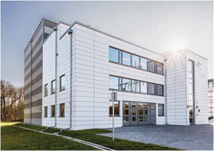The outwardly inconspicuous building that houses Synlight is situated in Jülich, Germany. In the grey hall behind offices and workshops is the 15-meter-high experimental facility.