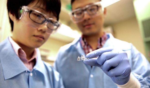 Researchers Fang Qian (left) and Chao Huang