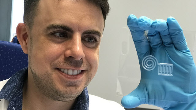 Empa researcher Gilberto Siqueira demonstrates the newly printed nanocellulose circuit